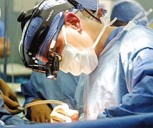 Chirurgo che effettua un intervento.
