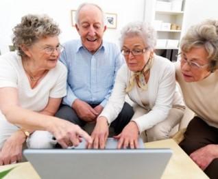 anziani che navigano in rete