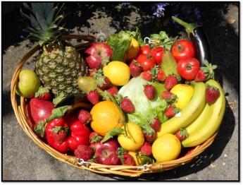 cesto di frutta e verdura di stagione