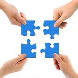quattro mani che compongono un puzzle con dei tasselli azzurri