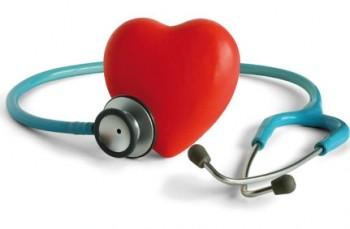 cuore rosso circondato da uno stetoscopio