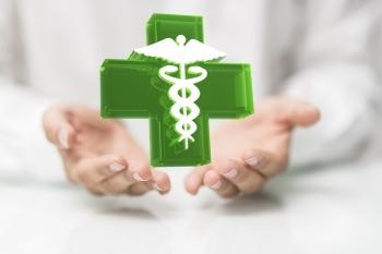 croce verde simbolo farmacia su mani